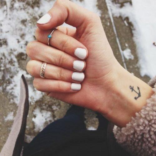 tatuaje pequeño en la muñeca