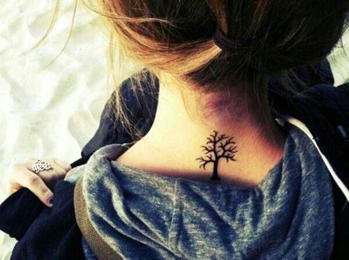 tatuaje chico en la nuca mujer
