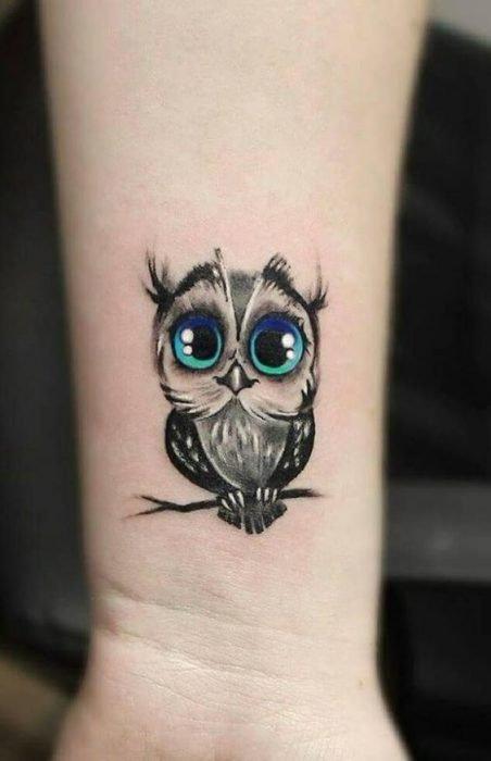 La lechuza en un tatuaje de mujer significa la sabiduría