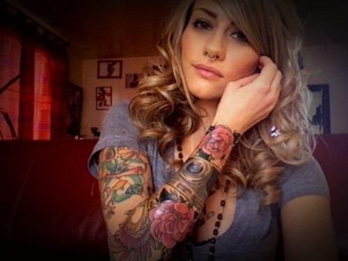 brazo de mujer tatuado completamente
