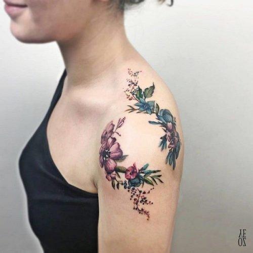 flores coloridas tatuaje mujer