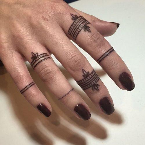 mano de mujer tatuada