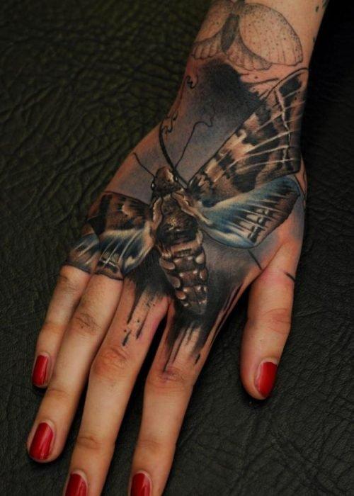 tatuaje abeja mano mujer