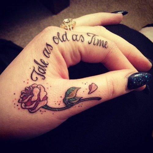 tatuaje con frase mano mujer
