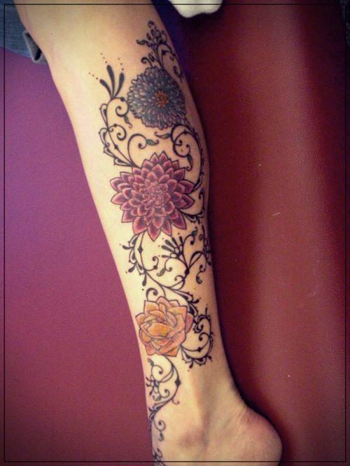 tatuajes enredaderas pierna mujer