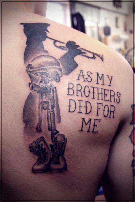 tatuajes de coronas para hombres en el hombro