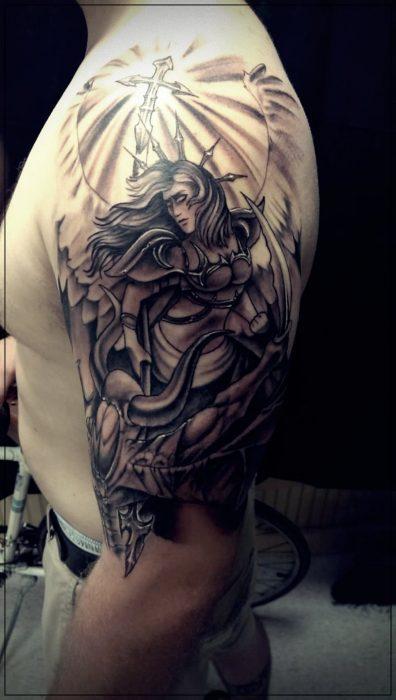 tatuajes para hombres en el hombro de lobos