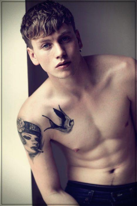 tatuajes para hombres en el hombro derecho