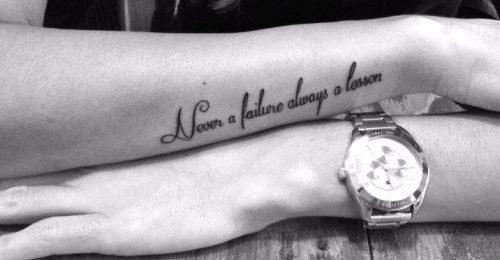 Tatuajes en el antebrazo de frases