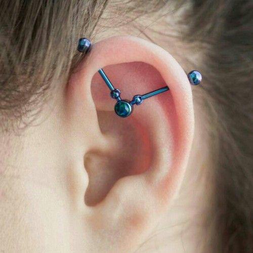 piercing industrial en la oreja