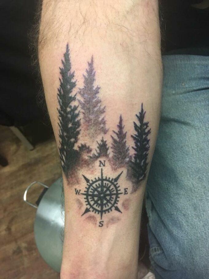 Tatuaje de bosque y brújula