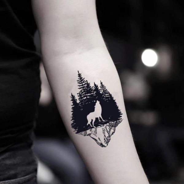 Tatuaje minimalista de bosque