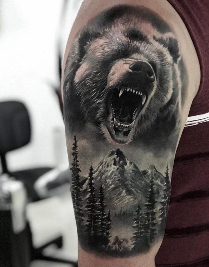 Tatuaje de oso y bosque