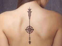 Tatuaje en espalda de flecha