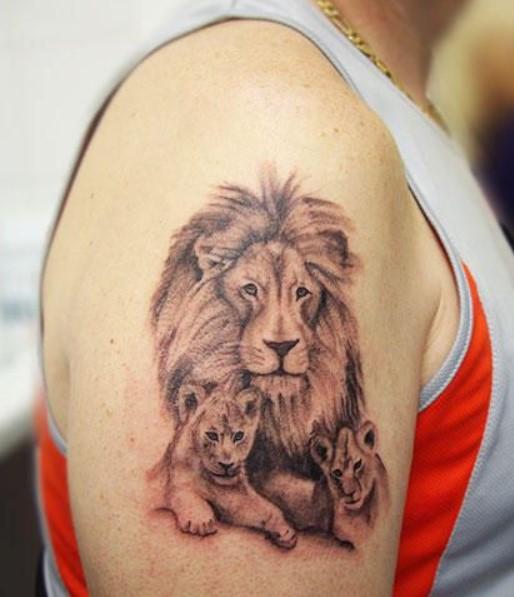 Tatuajes de LEON con familia