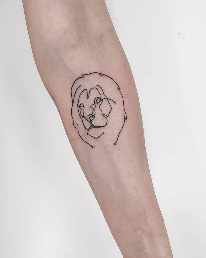 Tatuaje minimalista líneas león