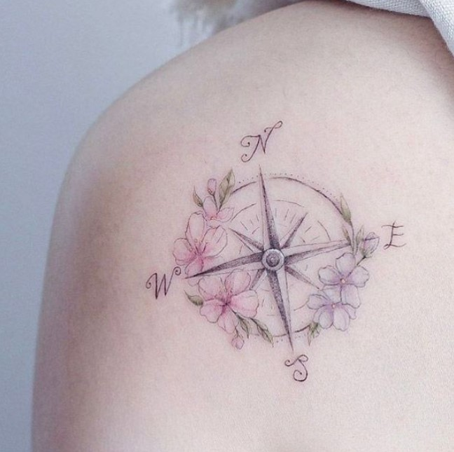 tatuaje femenino minimalista brújula