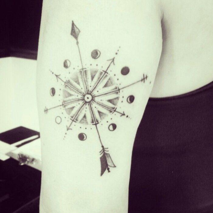 tatuajes de brujulas con fases de luna