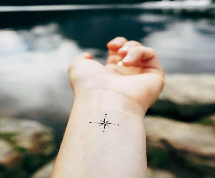 tatuajes de brújula minimalista