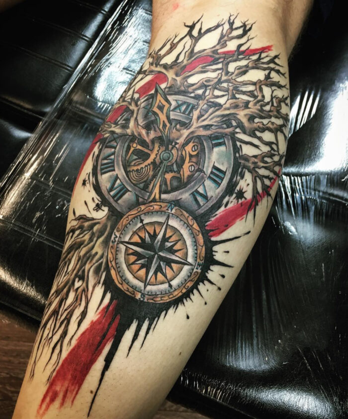 brújula con reloj y a color