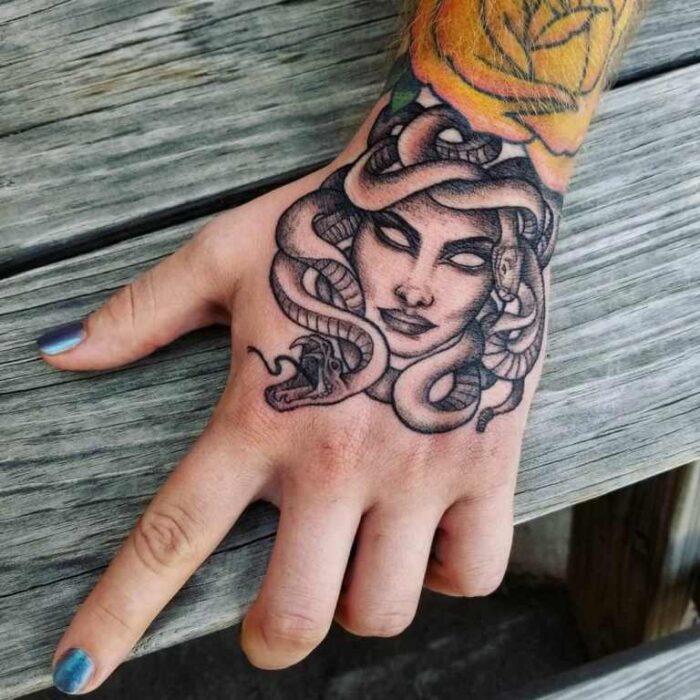 tatuajes de medusa blanco y negro pequeño