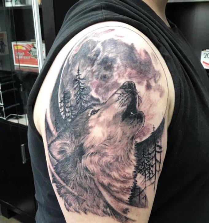 Tatuaje lobo maullando luna llena