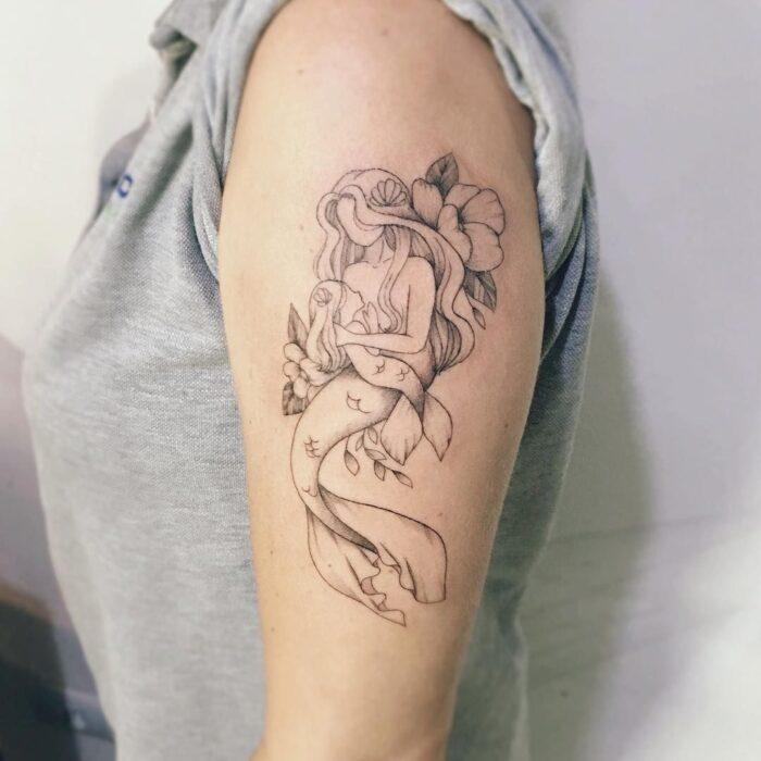 Tatuaje de sirena con hijo